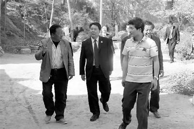 陕西富平县检察院:一村一干警逐户走访活动解民忧