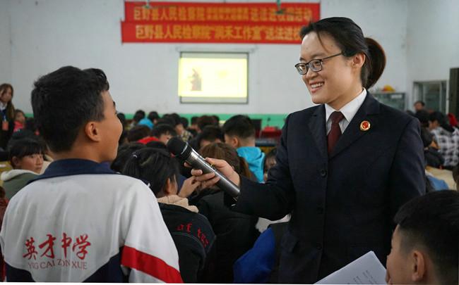 山东巨野:为中学生上法治课
