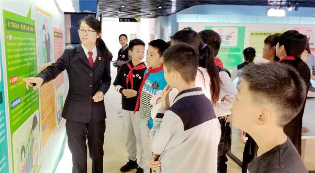 江苏淮安:邀小学生到青少年法治教育基地参加法治实践活动