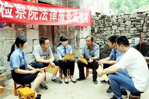 近日,河南省鹤壁市鹤山区检察院干警来到姬家山乡东齐村,走村入户