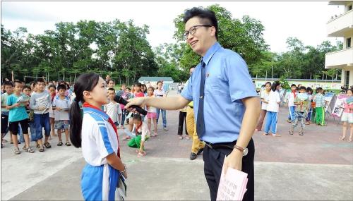 海南省保亭县检察院干警近日走进响水中学和思源学校,开展校园法治